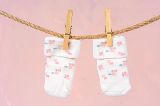 Calcetines de bebé en un tendedero. lavado de ropa de bebé