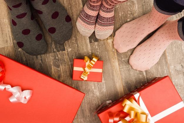 Calcetines de diferentes tamaños y regalos