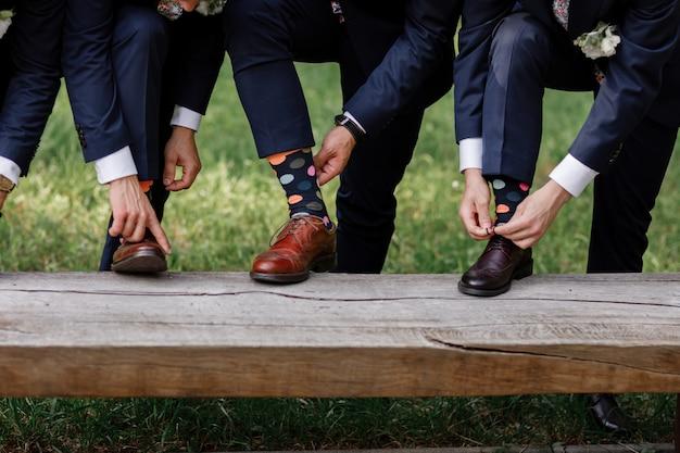 Calcetines de hombre con estilo. elegante maleta, piernas de hombre, medias multicolores y zapatos nuevos. concepto de estilo, moda, belleza y vacaciones.
