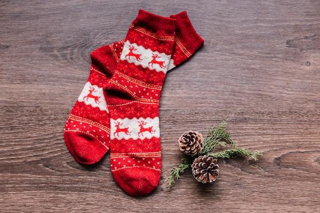 Calcetines navideños con pequeños conos en mesa.