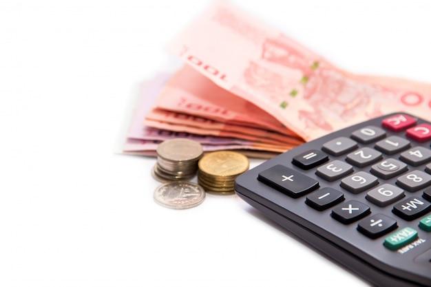 Calculadora y billetes tailandeses