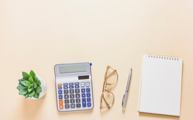 Calculadora con bloc de notas en mesa