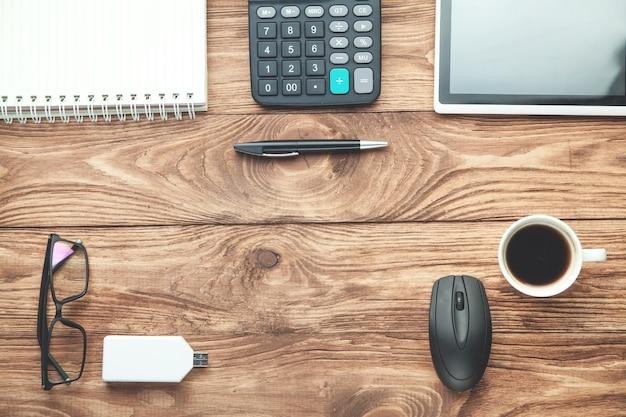 Calculadora, bolígrafo, bloc de notas, tableta. vista superior de objetos de negocio