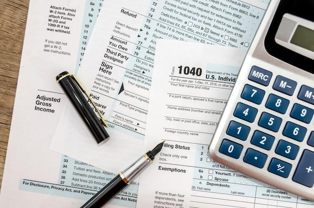 Calculadora y bolígrafo con formulario de impuestos 1040