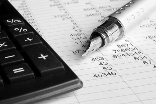 Calculadora con bolígrafo en la oficina