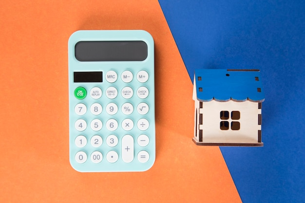 Calculadora y casa. concepto de cálculo del costo de la casa.