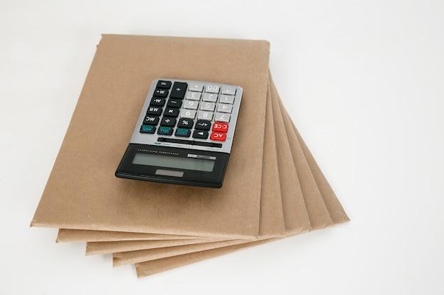 La calculadora se coloca en la pila de documentos.