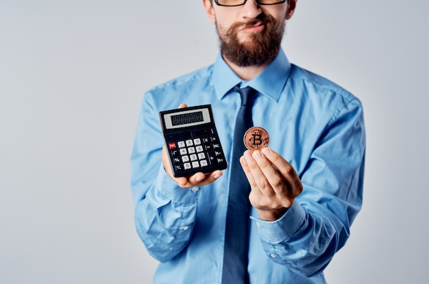 Calculadora de criptomonedas de finanzas de hombre de negocios emocional