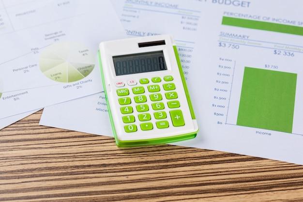 Calculadora y documentos con gráficos.