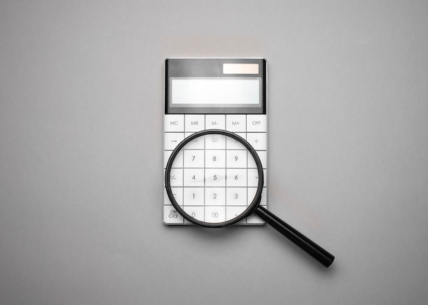 Calculadora electrónica con lupa. accesorios empresariales. economía empresarial, calculadora, escritorio.