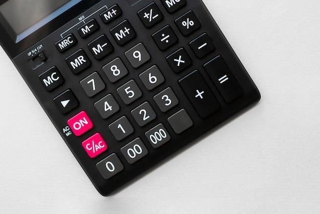 Calculadora financiera sobre el fondo blanco.