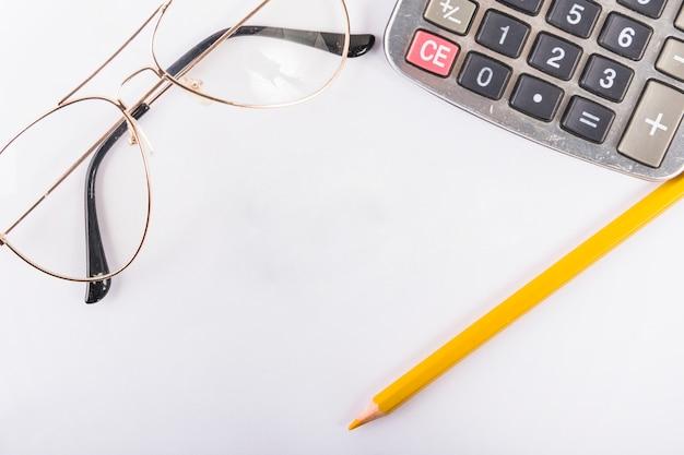 Calculadora con gafas en la mesa