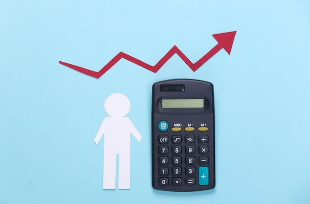 Calculadora con hombre de papel, flecha de crecimiento rojo sobre azul. gráfico de flecha subiendo.