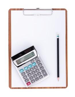 Calculadora y lápiz sobre papel en blanco en el portapapeles de madera sobre superficie blanca
