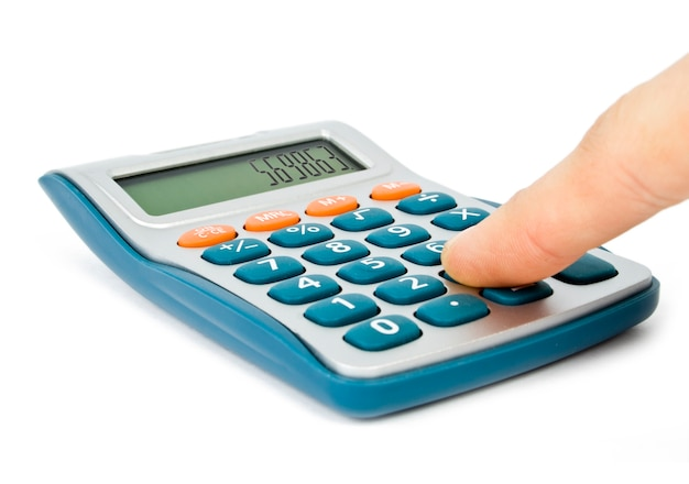 Calculadora con mano aislado en blanco