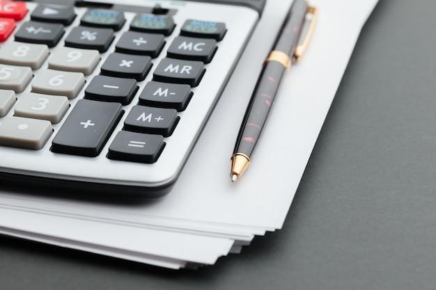 Calculadora de mesa de oficina con bolígrafo