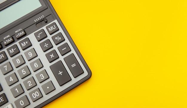Calculadora moderna en amarillo