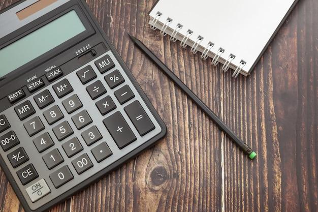 Calculadora moderna en una mesa de madera