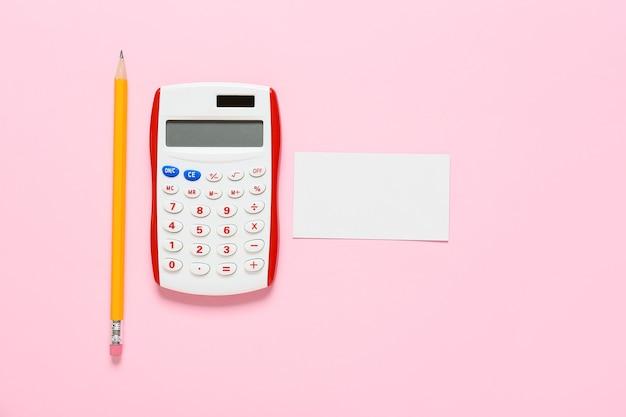 Calculadora moderna, tarjeta en blanco y lápiz sobre superficie de color