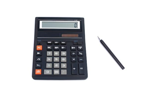 Calculadora de oficina y bolígrafo