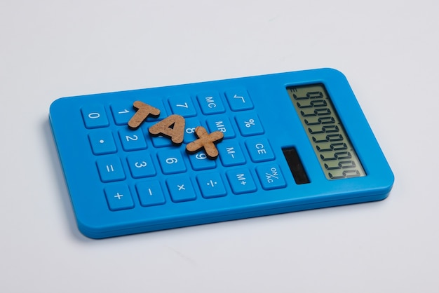 Calculadora con la palabra impuestos en blanco.