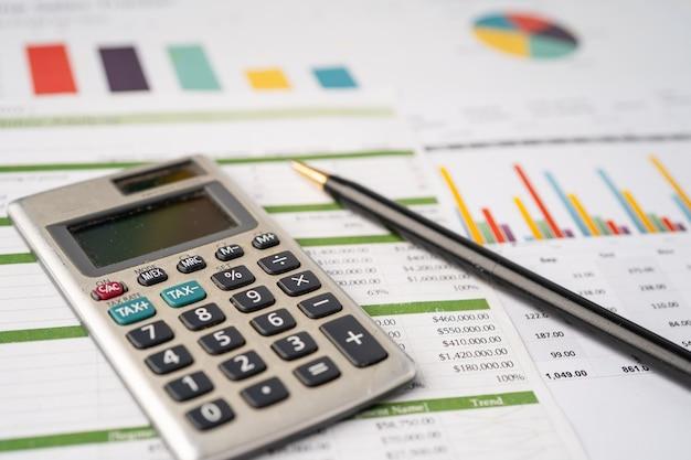 Calculadora en papel cuadriculado. desarrollo financiero, cuenta bancaria, estadísticas, economía de datos de investigación analítica de inversiones, comercio bursátil, concepto de empresa comercial.