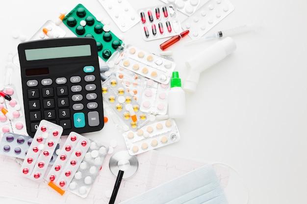 Calculadora plana y varios tipos de pastillas.