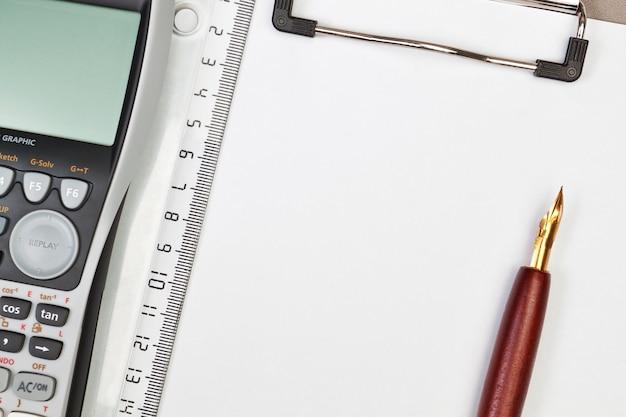 Calculadora en la pluma del cuaderno y una regla. por negocios.