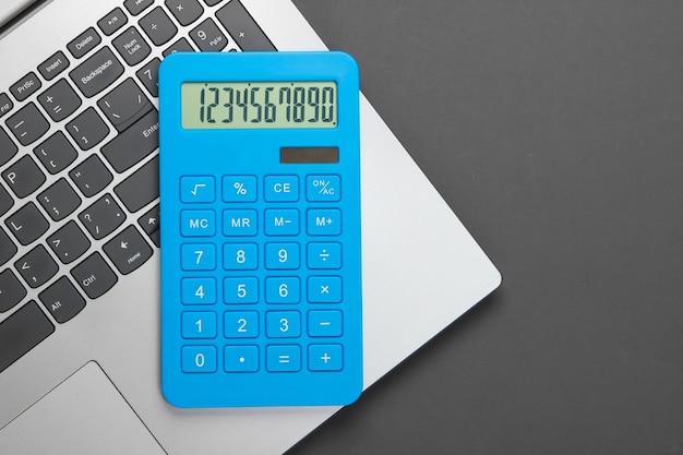 Calculadora y portátil en gris