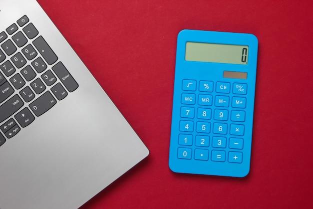 Calculadora y portátil en rojo
