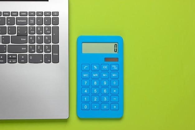 Calculadora y portátil en verde.