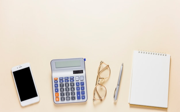 Calculadora con smartphone en mesa
