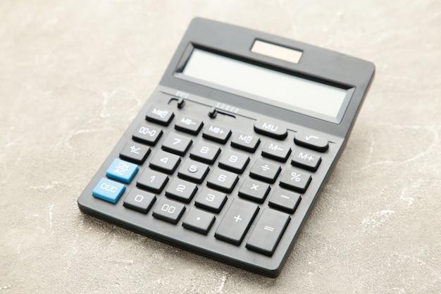 Calculadora sobre fondo de hormigón gris, macro foto
