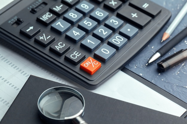 Calculadora sobre la mesa en la oficina.