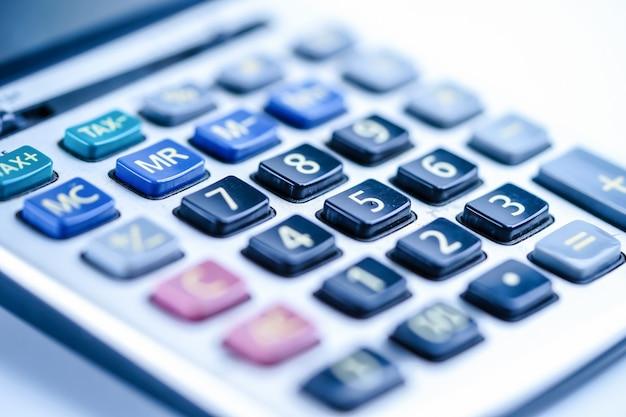 Calculadora, tablas y gráficos en papel de hoja de cálculo. finanzas, cuenta, estadísticas y negocios.