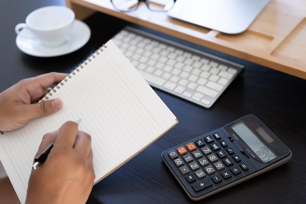 Calculadora de uso de hombre tome nota con calcular sobre el costo en la oficina cerrar