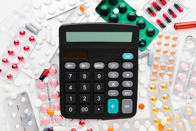 Calculadora de vista superior y varios tipos de pastillas.