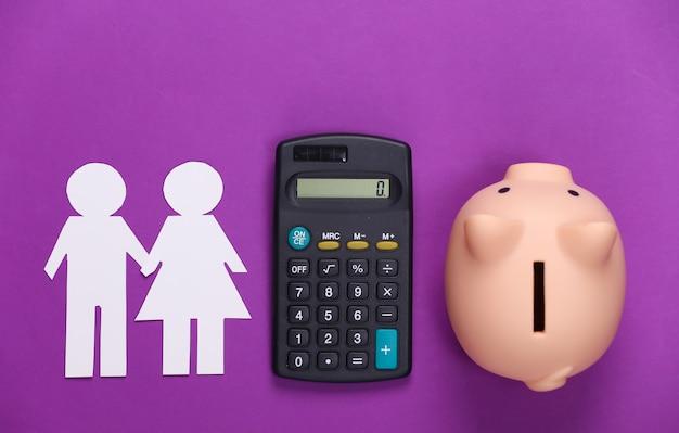 Cálculo del concepto de presupuesto familiar. pareja de papel enamorada juntos, calculadora y hucha en púrpura.