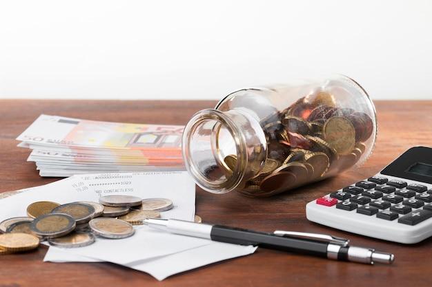 Cálculo de dinero durante la crisis económica.