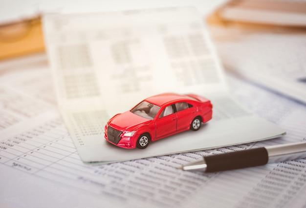 Cálculo de gastos de automóvil. costos de pago con notas en papel, tabla de pagos y dinero en dólares.