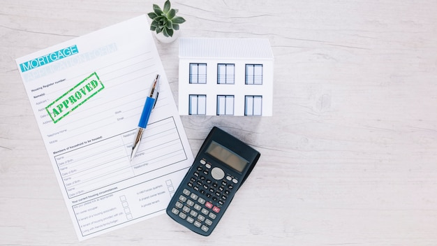 Cálculo de la máquina en el escritorio del agente de bienes raíces