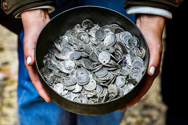 Caldero con monedas antiguas
