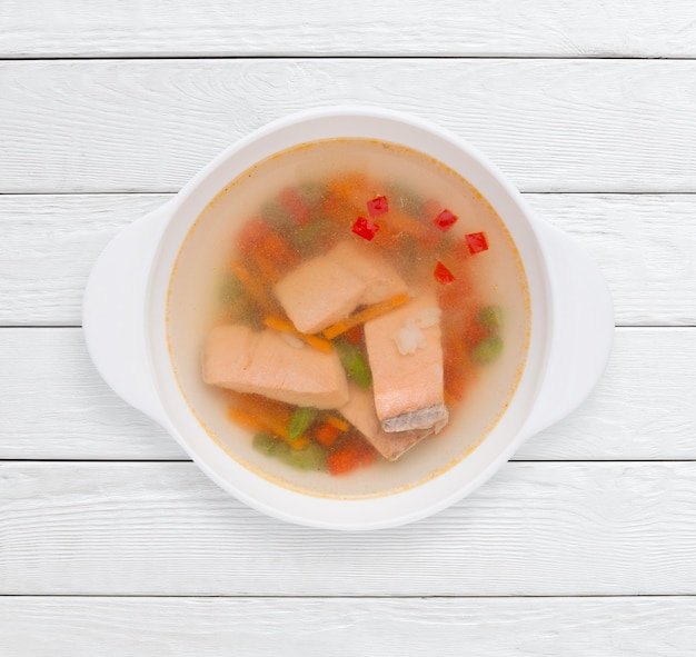 Caldo dietético con verduras y pescado rojo