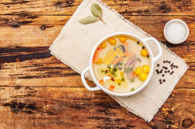 Caldo de pato transparente con albóndigas y verduras. caldo tradicional, comida sana.