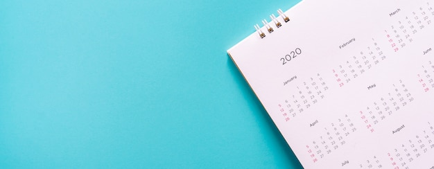 Calendario 2020 mes sobre fondo azul para el trabajo de plann y el concepto de vida