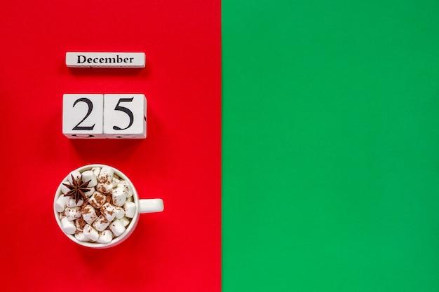 Calendario 25 de diciembre y taza de cacao con malvaviscos