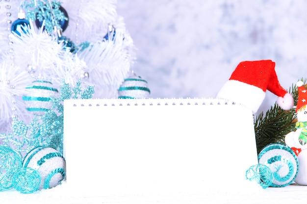Calendario con adornos de año nuevo sobre fondo de invierno