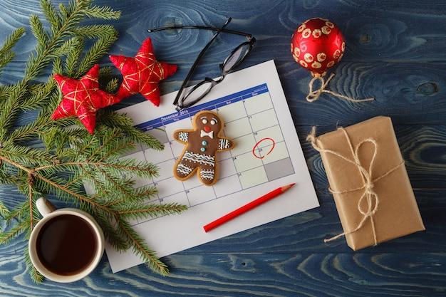 Calendario de adviento en mesa azul
