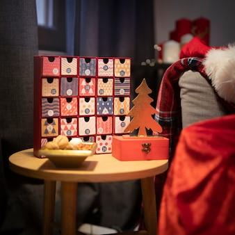 Calendario de adviento de navidad en la mesa
