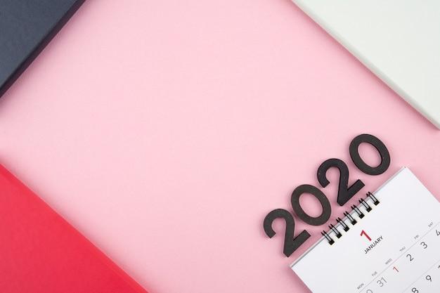 Calendario de año nuevo 2020 sobre fondo rosa